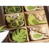 Espositore con 48 decorazioni da appendere in legno naturale